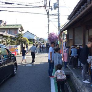 信達宿の藤  人と車