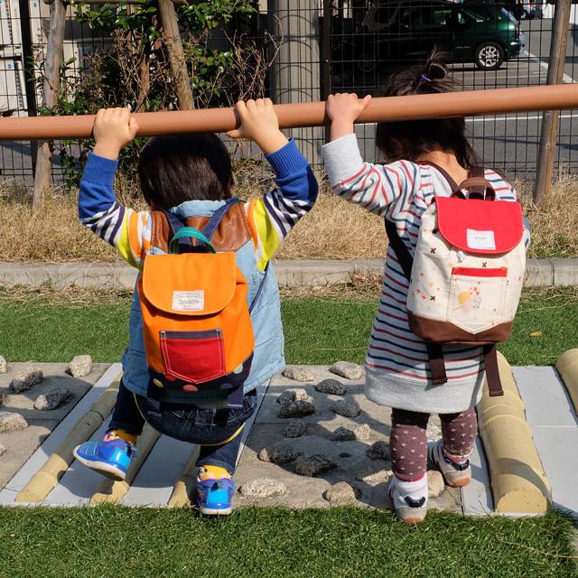 マダモットの商品を背負う子供たち